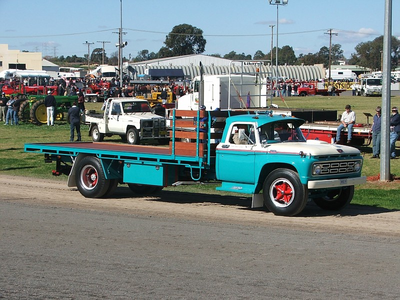 Ford f700 photo - 1
