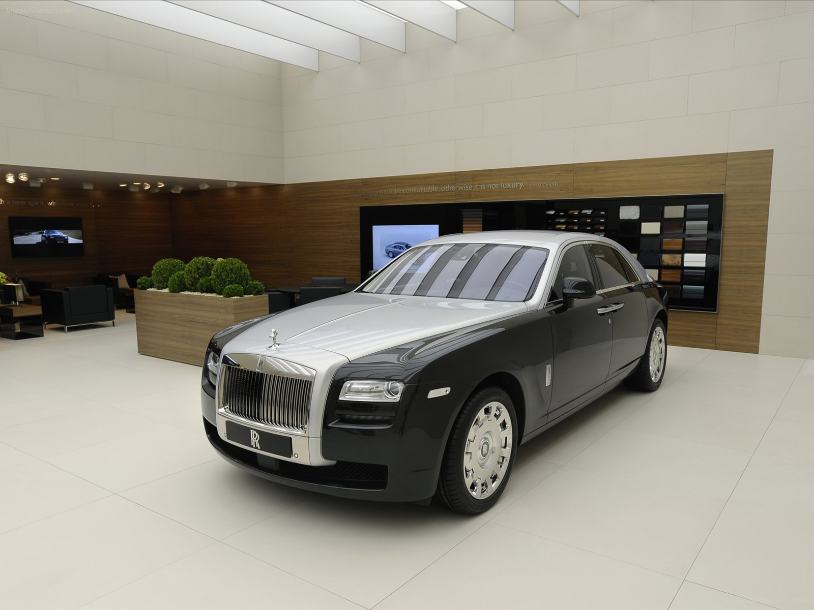 Rolls royce sedan photo - 4